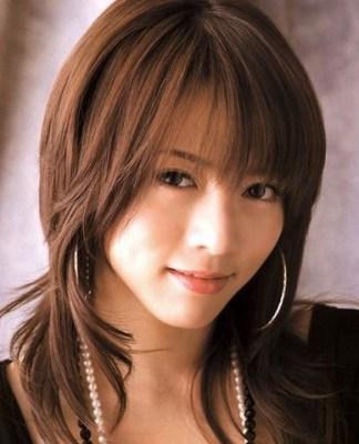 釈由美子は、中島美嘉さんのカットに似ており、髪の中間から緩いパーマがかかっており、全体的にウルフスタイル風になっている画像です。