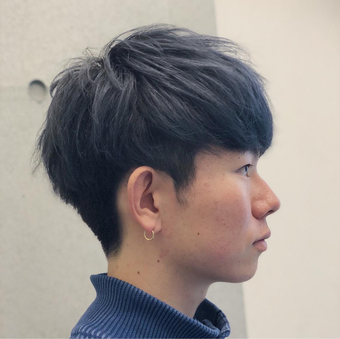 横から見たブルーアッシュカラーの刈り上げマッシュヘアの画像