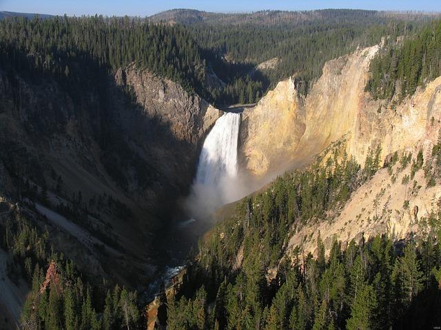 イエローストーン国立公園の滝