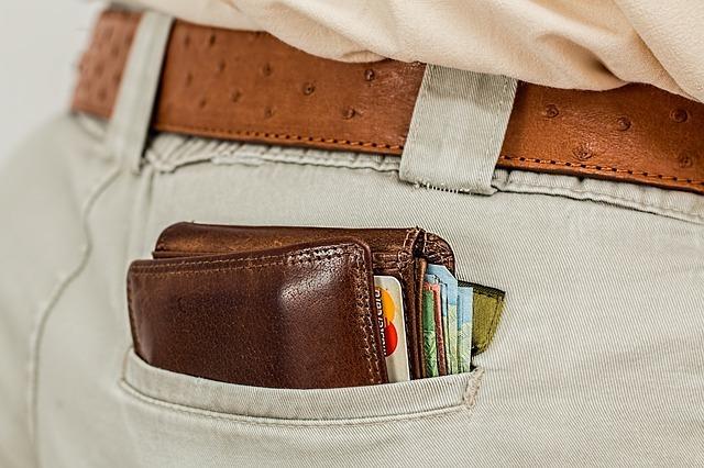ポケットに入った財布