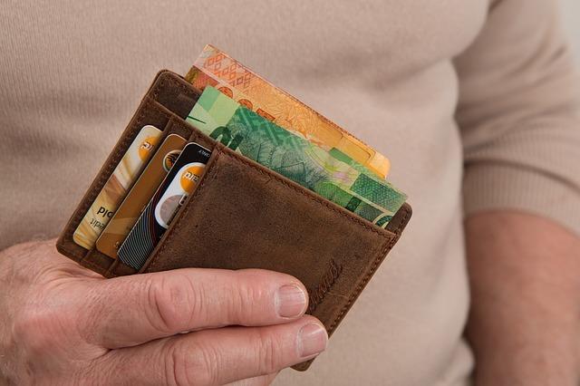 手に持った財布