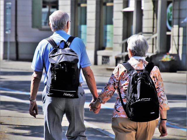 手をつないだ老夫婦