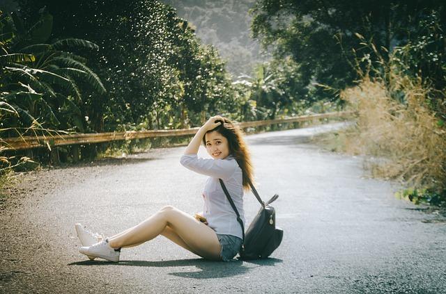 道路に座る女性