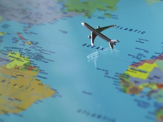 世界地図と飛行機
