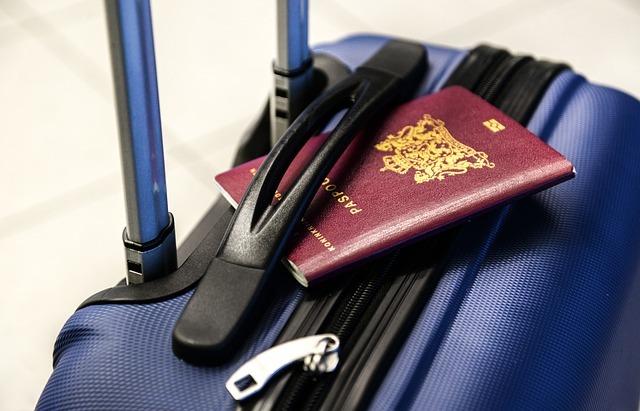 パスポートと旅行バッグ