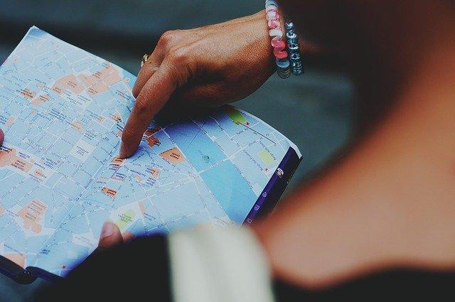 地図を指し示す