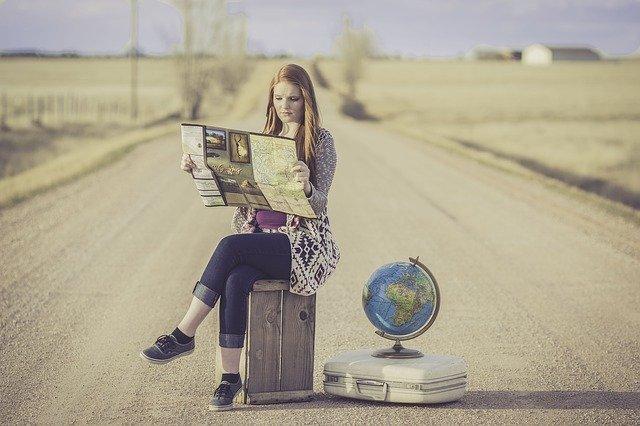地図を見ている女性