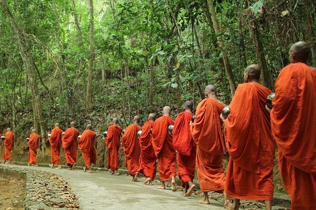 寺院に向かう僧侶