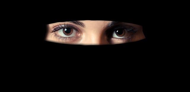 ヒジャブをかぶった女性の目元
