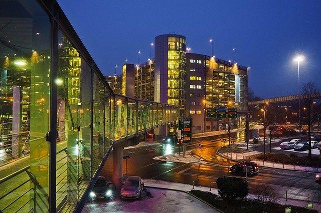 夜のデュッセルドルフ空港