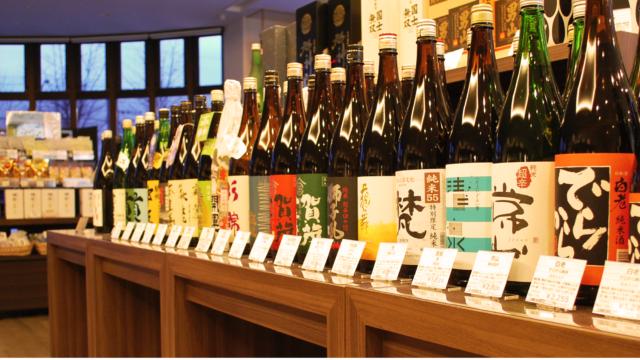 多様な種類の日本酒が並ぶ様子