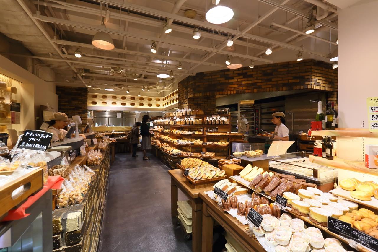 パンが数多く並んでいるなんばグーテの店内の様子
