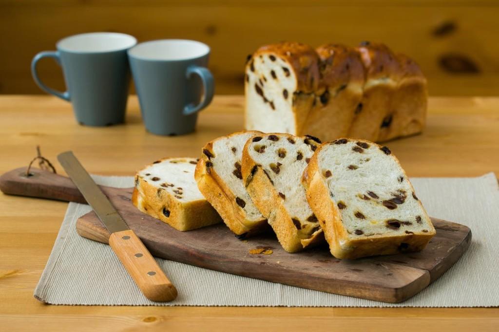 レーズン食パンが木の板にディスプレイされている