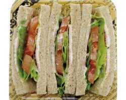 トマトとレタスが入ったサンドイッチ