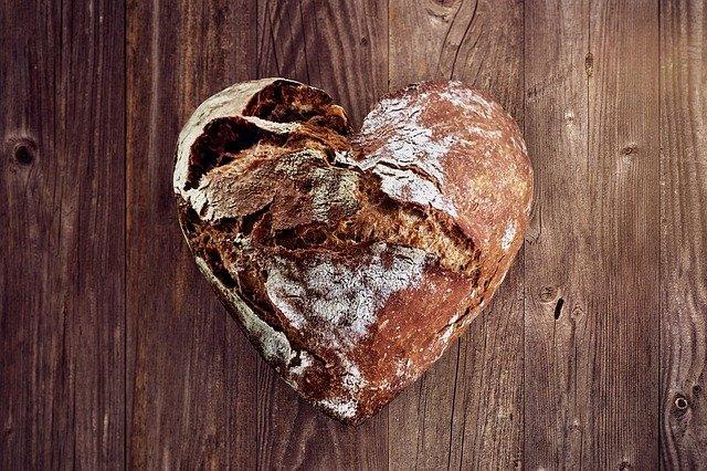 ハート型のパンが机の上に置いてある様子