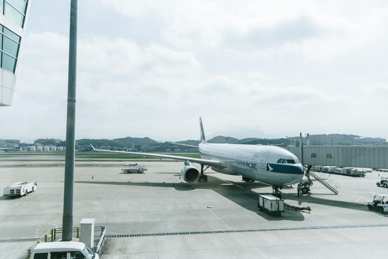エコノミークラスには種類がある?飛行機の座席やサービスの違いを解説!