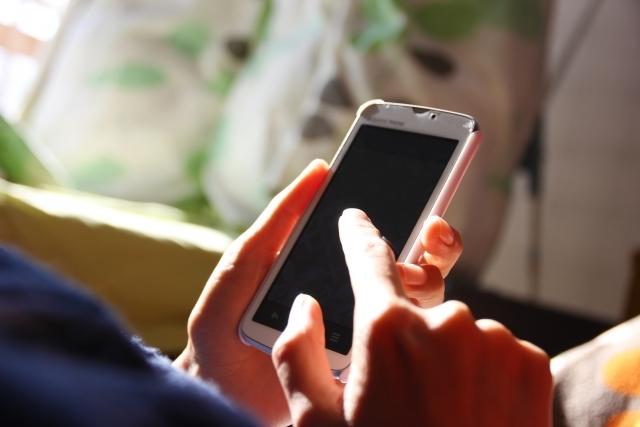 海外旅行で携帯を使うときの4つの注意点!自分のスマホは海外で使える?