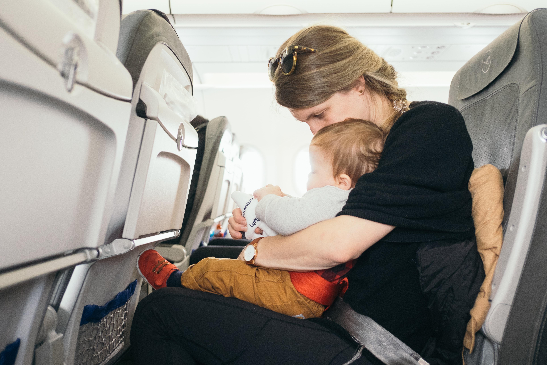 子供を飛行機に乗せる前の準備や対策は?乗り方のコツをご紹介!