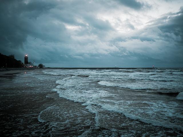 雨の日の海