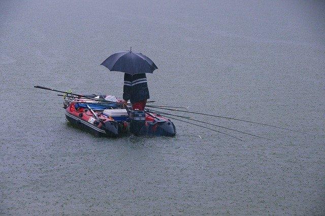 雨の日は釣りするべきではない?天気が釣果に及ぼす影響を解説!