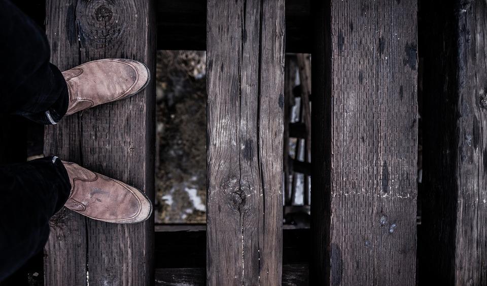 足元を見る とは 意味や使い方をご紹介 コトバの意味辞典