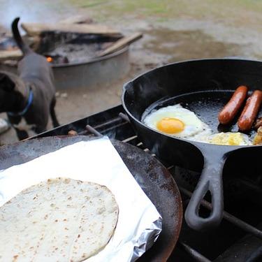 キャンプで食べる簡単な人気&定番ご飯おすすめ16選!朝/昼/夜別にご紹介!