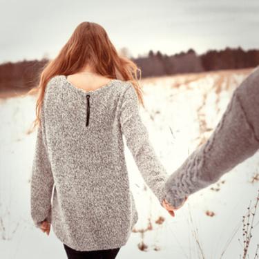 夢占い!手をつなぐ夢の意味17選!愛情を求める心理の表れ?