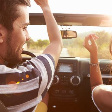 【夢占い】運転する夢の意味19選!車によって意味も変わる?