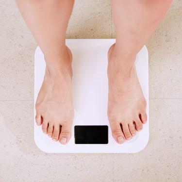 産後の体重の減り方の目安は?産後に体重が減らない原因と対処法は?【医師監修】