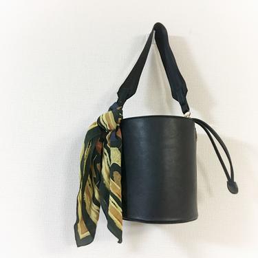 スカーフのバッグへの巻き方・結び方・アレンジ13選!【おしゃれ】