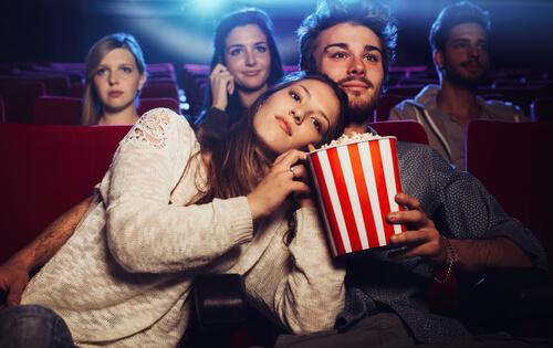 映画館デートの注意点80選!手をつなぐタイミングは?【女性必見】