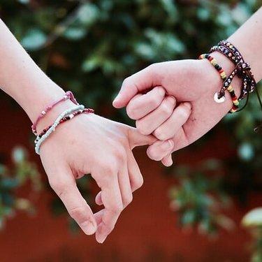 ブレスレットの意味は左右で違う?恋人への手錠束縛の意味が?