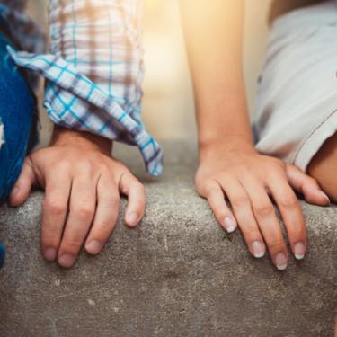 【手つなぎデートのガイドライン♡】タイミングや手のつなぎ方の種類まで