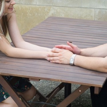 どうして手に触れてくるの…?気になる男性心理を徹底解説