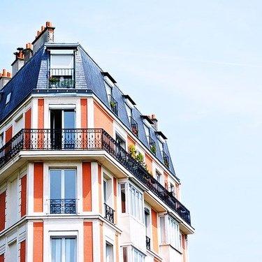 屋根の夢の意味25選|登る・眺める・落ちる・修理など【夢占い】