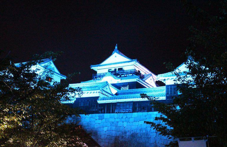 松山城観光にライトアップあり!桜が映える!色(赤・青)や時間と期間情報