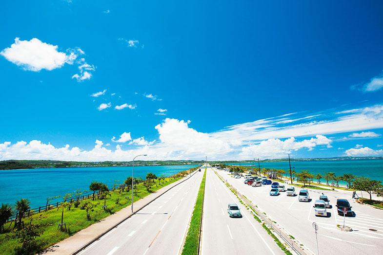 沖縄「海中道路」をドライブ観光!車で行けるうるま市の4つの離島ご紹介!