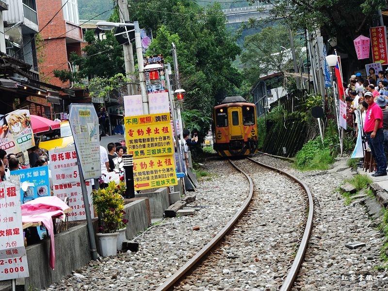 十分老街は街の真ん中を電車が走る!おすすめのランチやレストランは?