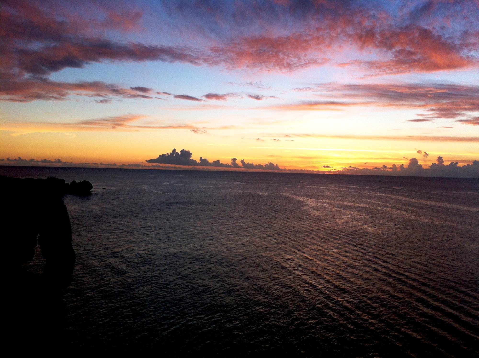 「万座毛」夕日が美しい恩納村で人気の景勝地!沖縄の代表的観光地でもあり!