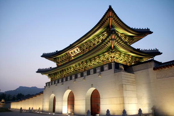 光化門観光!韓国では名所!広場には有名な銅像や噴水あり!行き方は?