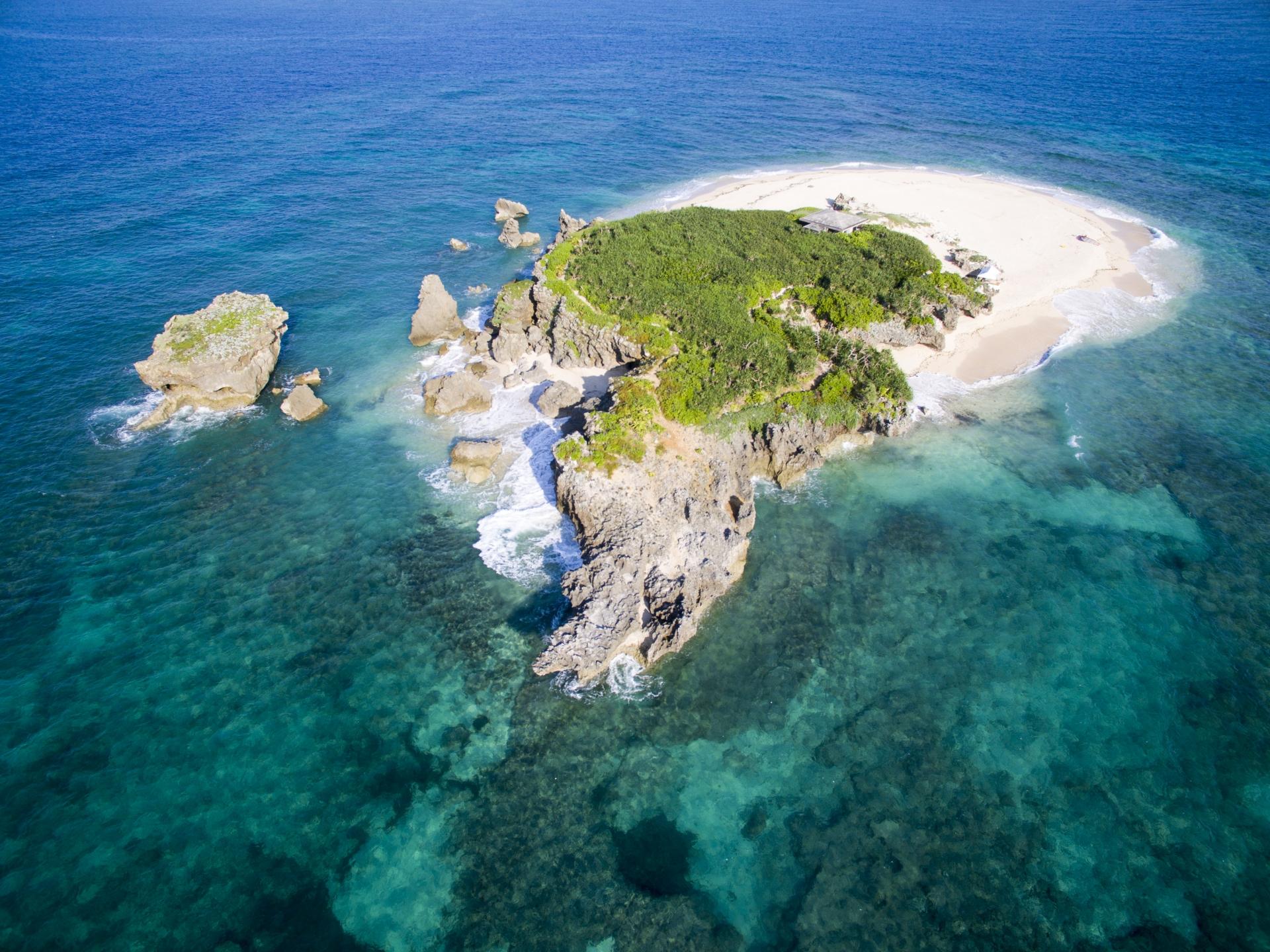 沖縄のコマカ島へ行こう!無人島でシュノーケルや魚の餌付けを楽しもう!
