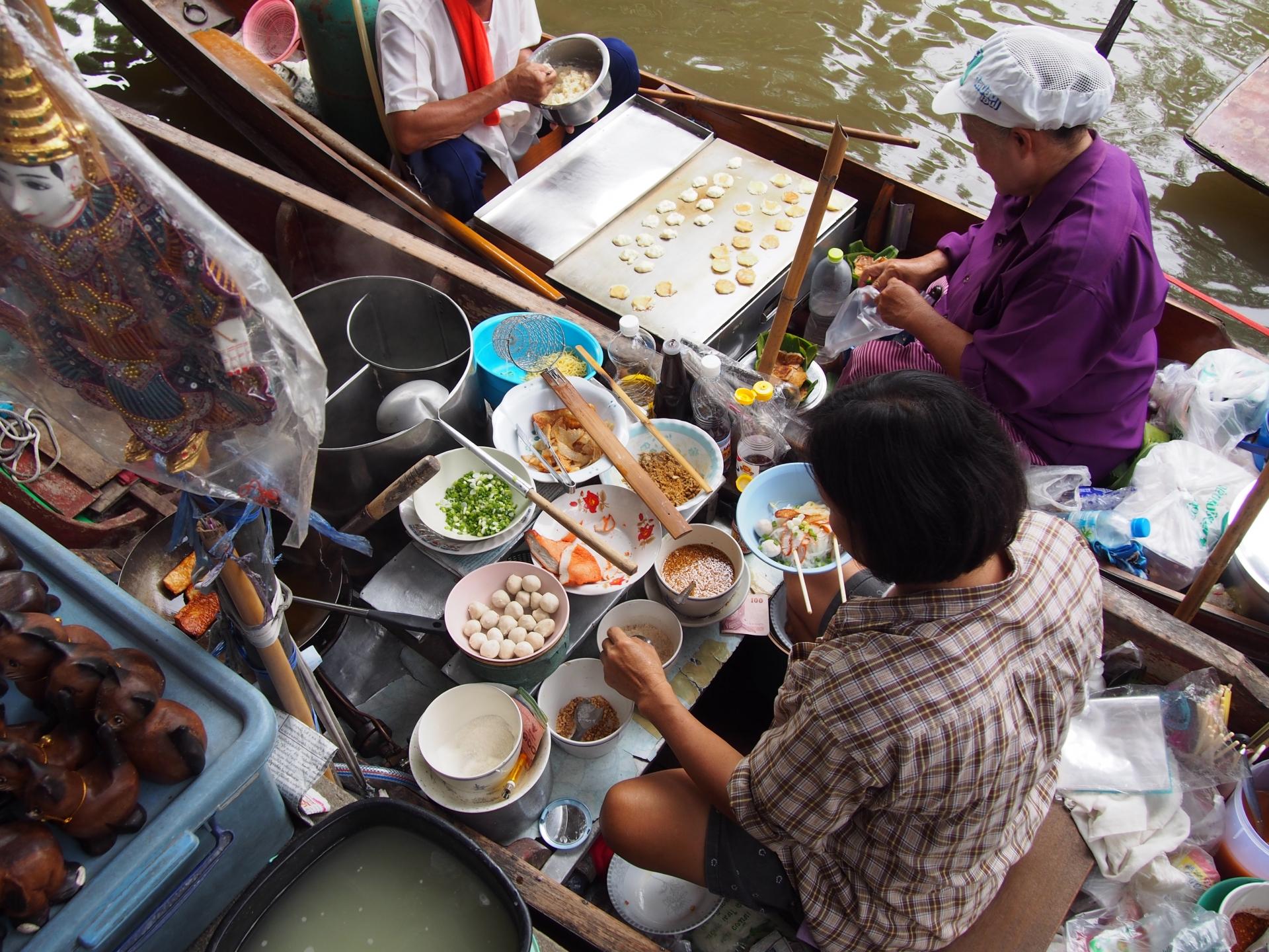 タイの水上マーケットは見どころ満載!行き方やおすすめの楽しみ方&注意点を紹介