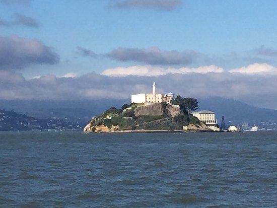 アルカトラズ島の脱獄不可能な監獄島とは?映画でも有名な観光スポット!