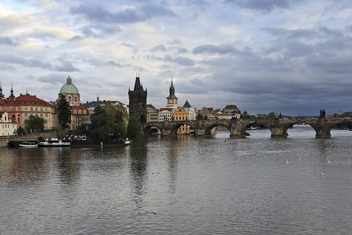 カレル橋はプラハ最古の橋!聖人像や夜景の美しさでも人気のスポット!