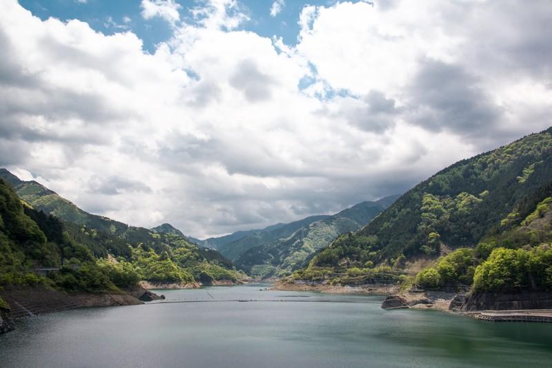 浦山ダムは紅葉鑑賞やバス釣りもできるおすすめ観光スポット!カレーも有名!