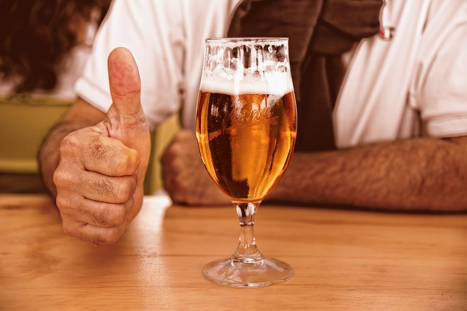 ビールの上手な注ぎ方!缶で泡を作るコツや飲み会でのマナーもチェック!