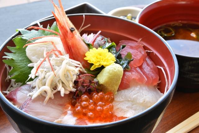 熱海のまさるは海鮮丼が美味しいグルメスポット!人気の定食・ランチメニューは?