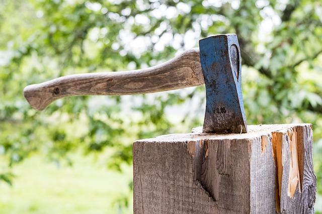 手斧おすすめ17選!使い方や研ぎ方を知ってキャンプを楽しもう!