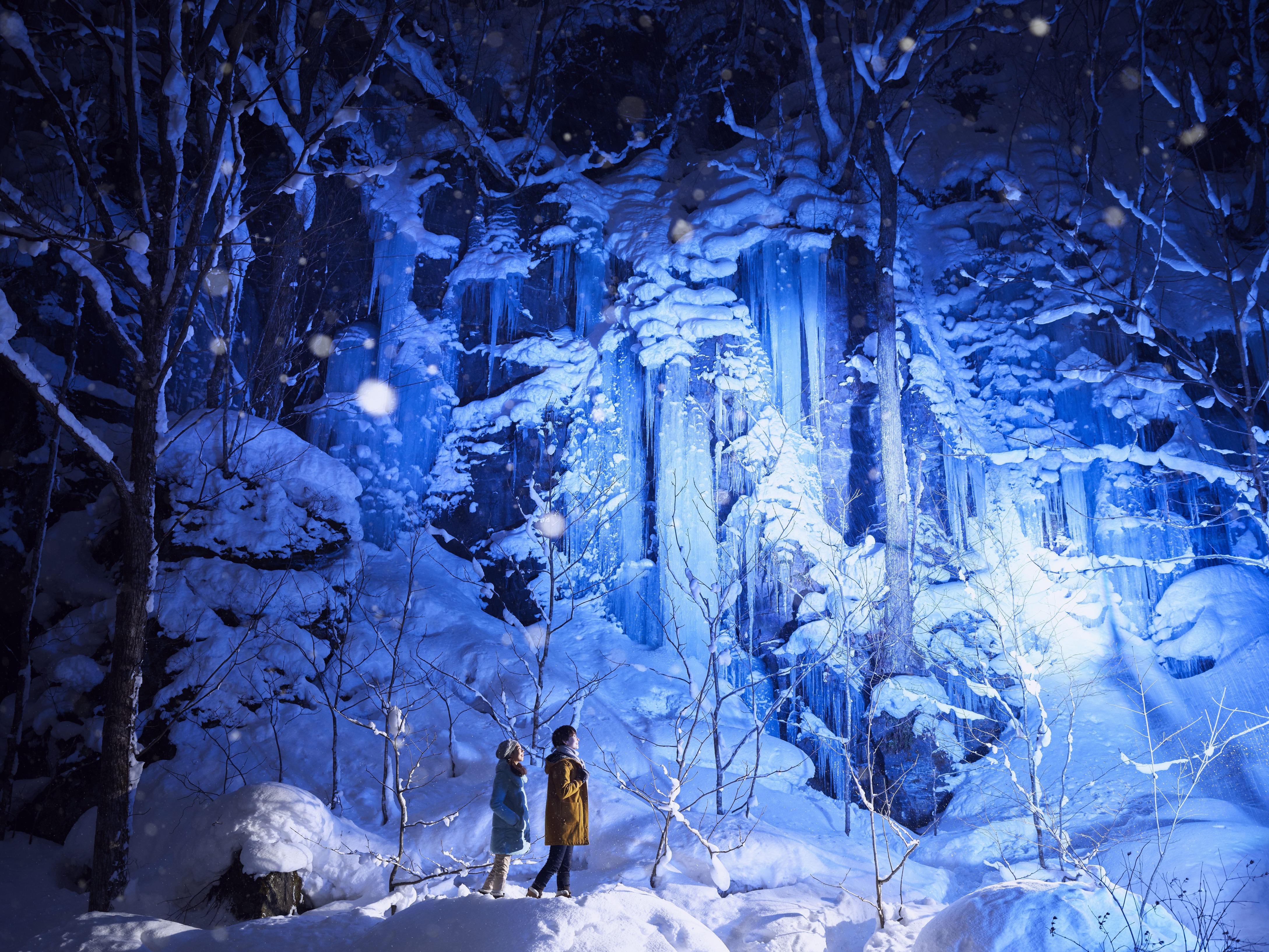 迫力満点の氷瀑を肌で感じる!『星野リゾート 奥入瀬渓流ホテル』の氷瀑プログラムが話題!