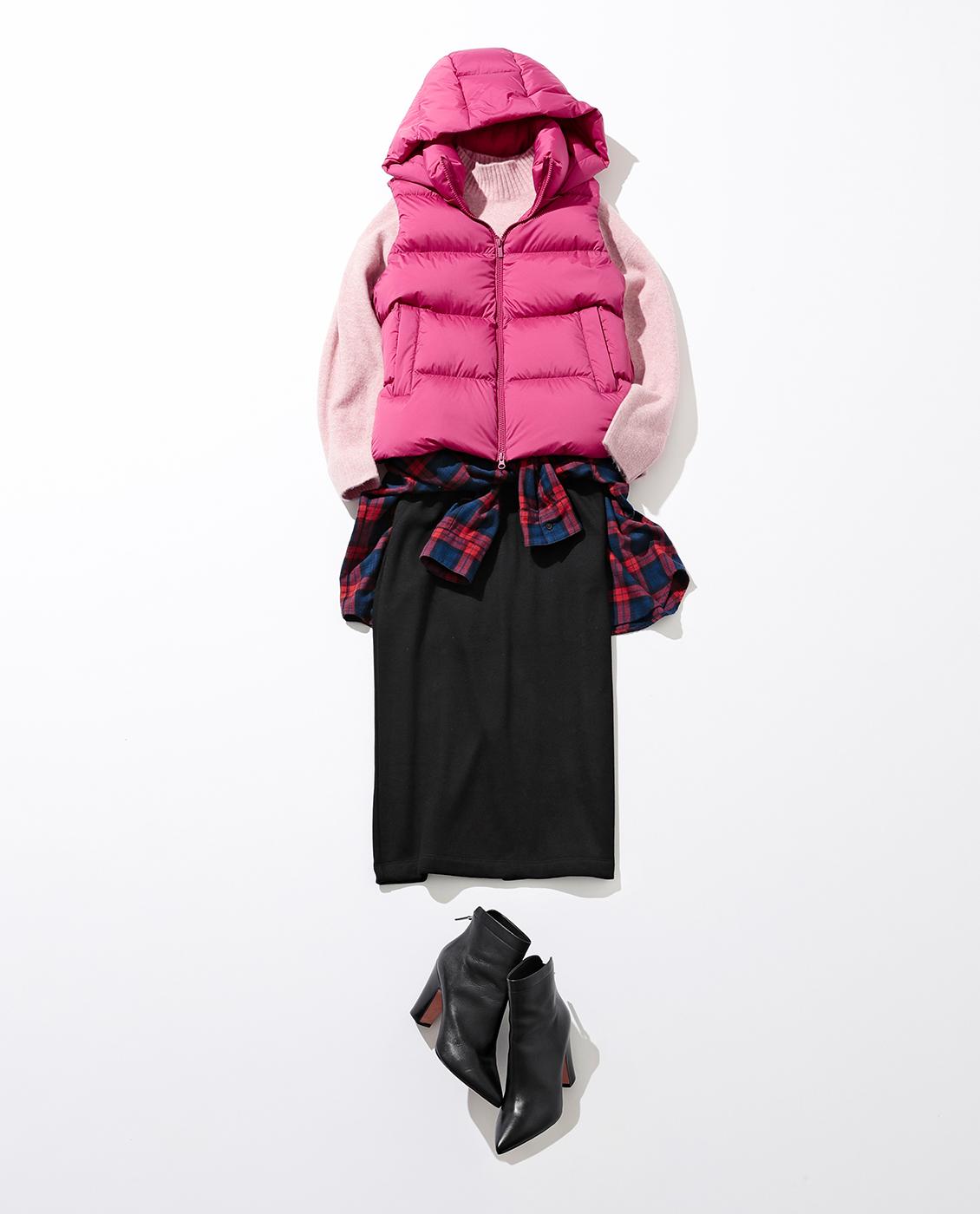 パキッと鮮やかなピンクは同色のニット+シャツの腰巻きでチアフルな表情に